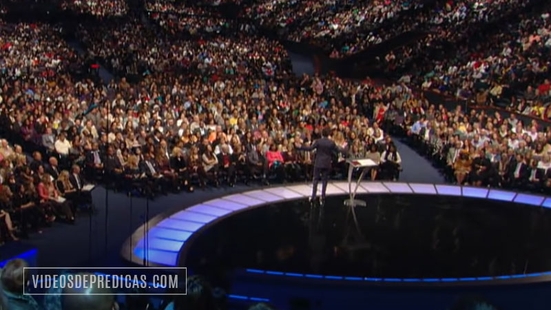 El pastor Joel Osteen dando su sermón desde Lakewood Church en Houston, Texas.